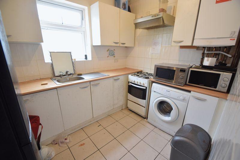6 bedroom  to buy in Biscot Road, Luton - Photo 8