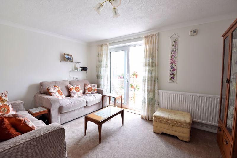 3 bedroom Semi-Detached  to buy in Links Way, Luton - Photo 9