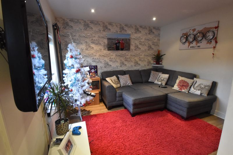 2 bedroom Mid Terrace to buy in Gleneagles Drive, Luton - Photo 3