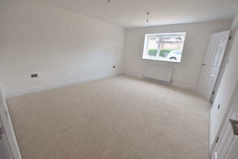 4 bedroom Detached  to buy in Abbey Drive, Luton - Photo 7
