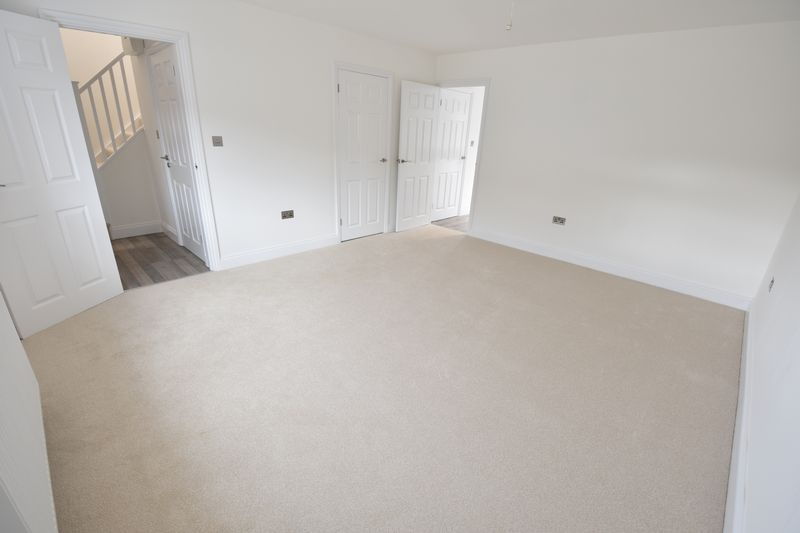 4 bedroom Detached  to buy in Abbey Drive, Luton - Photo 8
