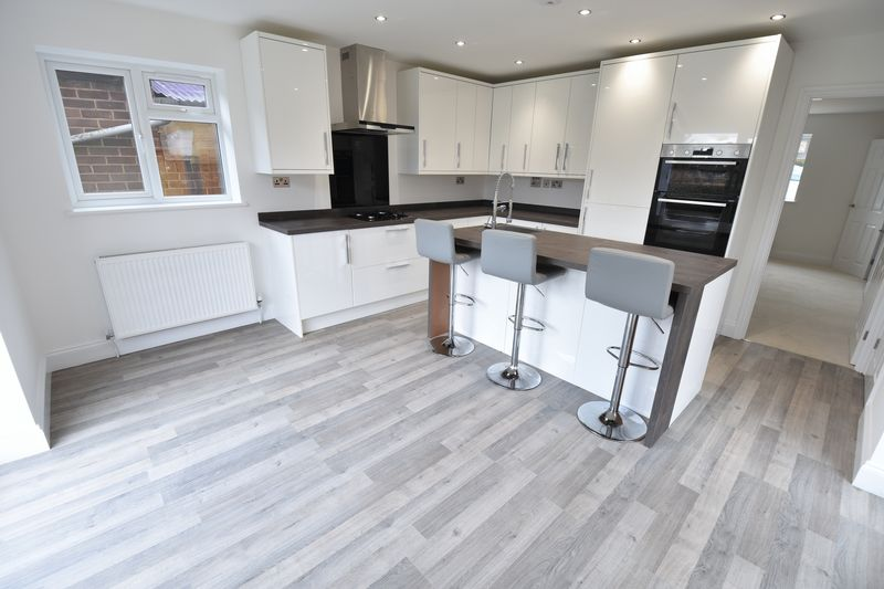 4 bedroom Detached  to buy in Abbey Drive, Luton - Photo 10