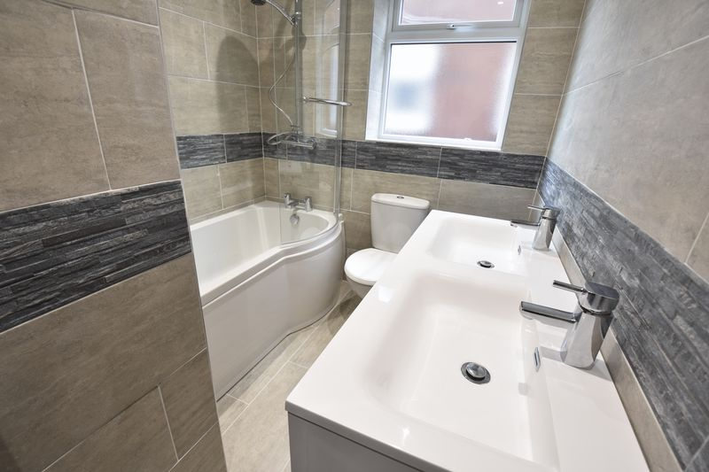 4 bedroom Detached  to buy in Abbey Drive, Luton - Photo 13