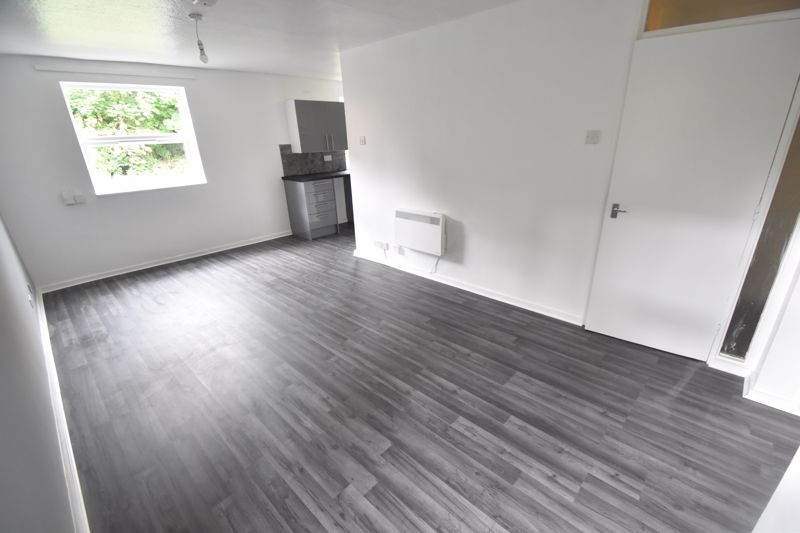 2 bedroom Flat to rent in Downs Road, Luton - Photo 9
