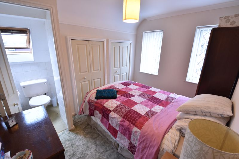 2 bedroom Bungalow to buy in Forrest Crescent, Luton - Photo 4
