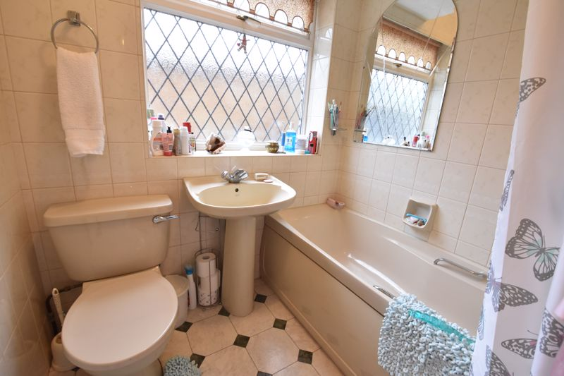 2 bedroom Bungalow to buy in Forrest Crescent, Luton - Photo 9