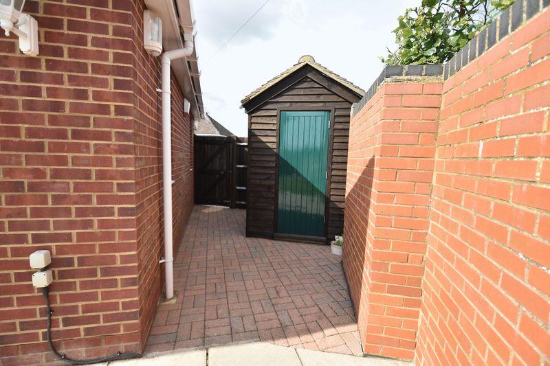 3 bedroom Bungalow to buy in Poplar Avenue, Luton - Photo 13