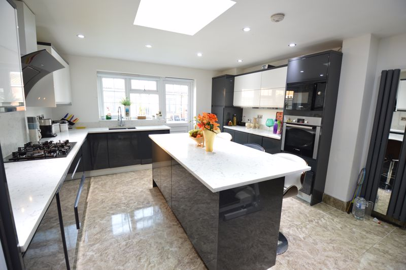 4 bedroom Semi-Detached  to buy in Bosmore Road, Luton - Photo 16