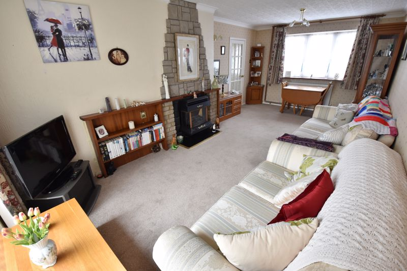 3 bedroom Semi-Detached  to buy in Birdsfoot Lane, Luton - Photo 3