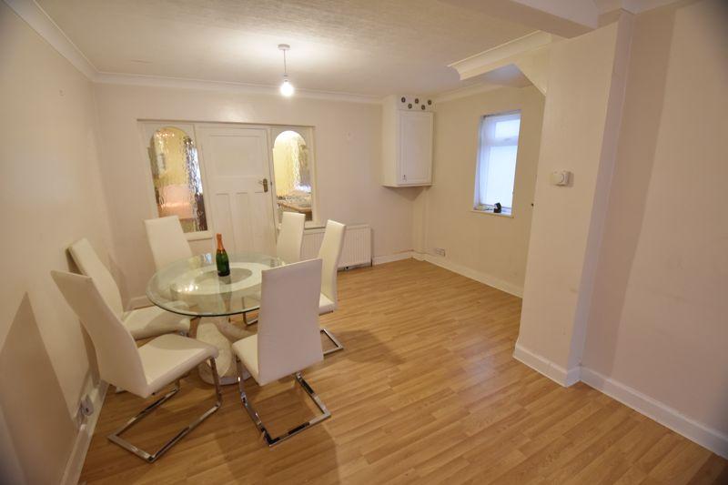 2 bedroom Semi-Detached  to buy in Third Avenue, Luton - Photo 4