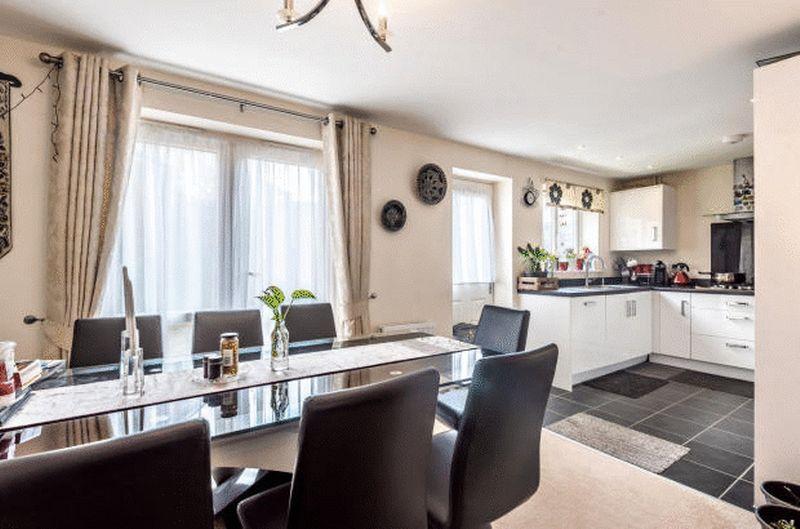 4 bedroom Detached  to buy in Fieldstone, Dunstable - Photo 7