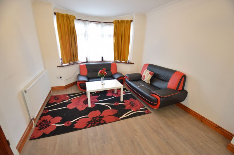 3 bedroom Mid Terrace to buy in Shelley Road, Luton - Photo 2