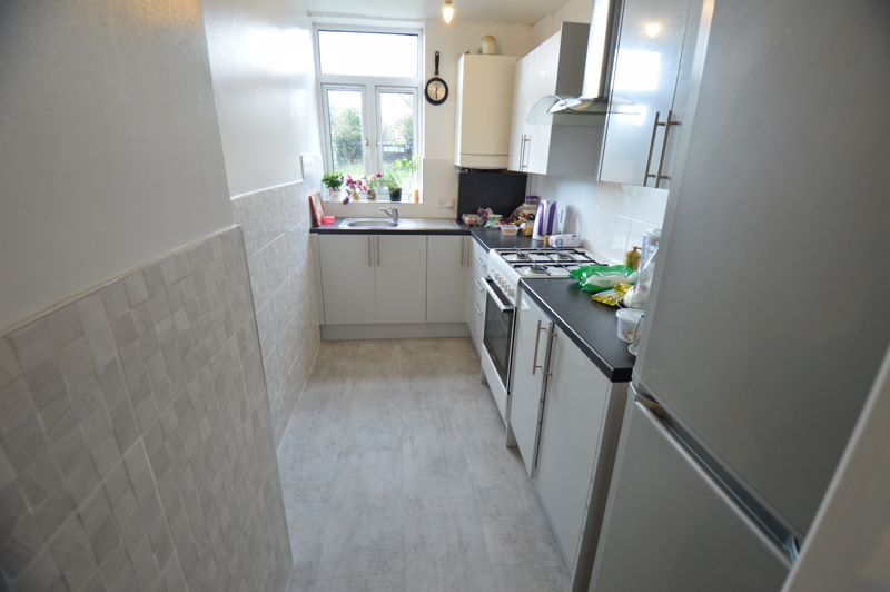 3 bedroom Mid Terrace to buy in Shelley Road, Luton - Photo 5
