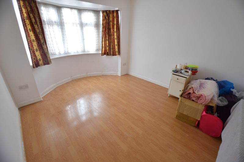 3 bedroom Mid Terrace to buy in Shelley Road, Luton - Photo 6
