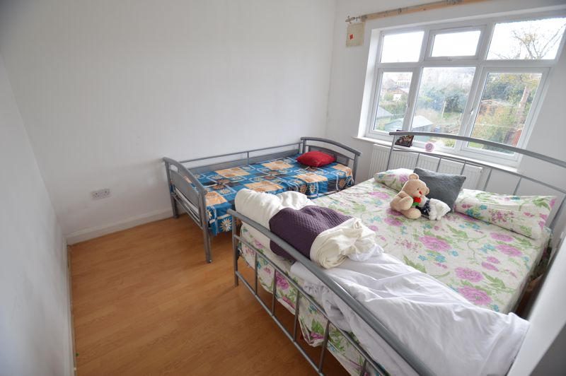 3 bedroom Mid Terrace to buy in Shelley Road, Luton - Photo 7