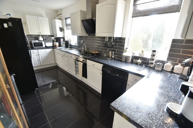 5 bedroom Bungalow to buy in Atherstone Road, Luton - Photo 6