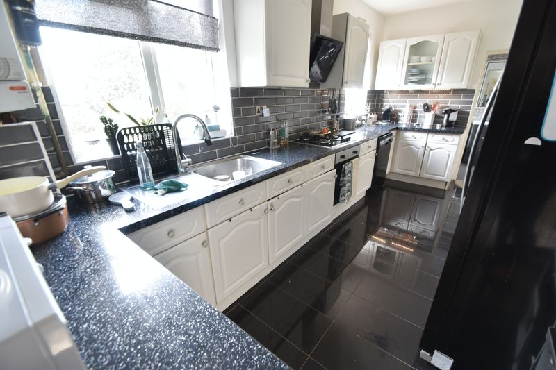 5 bedroom Bungalow to buy in Atherstone Road, Luton - Photo 8
