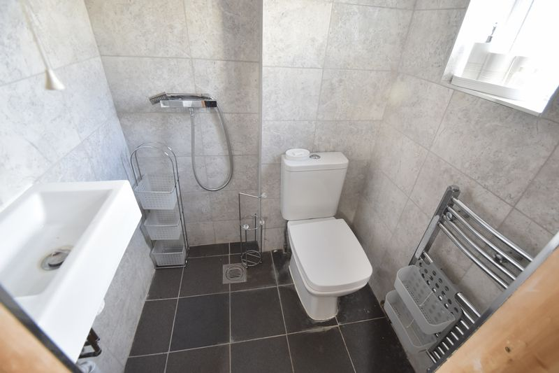 5 bedroom Bungalow to buy in Atherstone Road, Luton - Photo 9