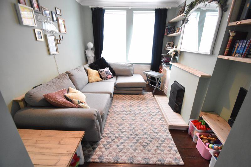 3 bedroom Mid Terrace to buy in Gardenia Avenue, Luton - Photo 2
