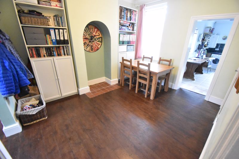 3 bedroom Mid Terrace to buy in Gardenia Avenue, Luton - Photo 3