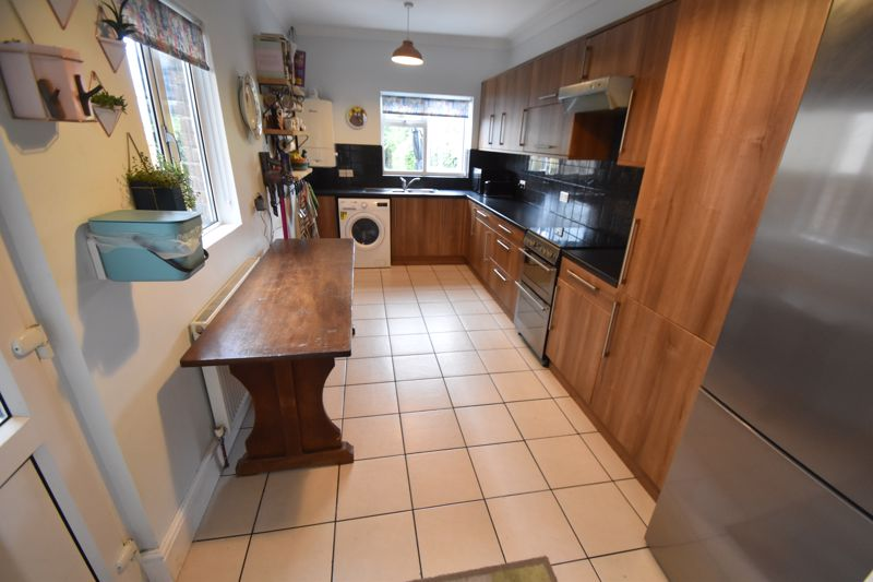 3 bedroom Mid Terrace to buy in Gardenia Avenue, Luton - Photo 5