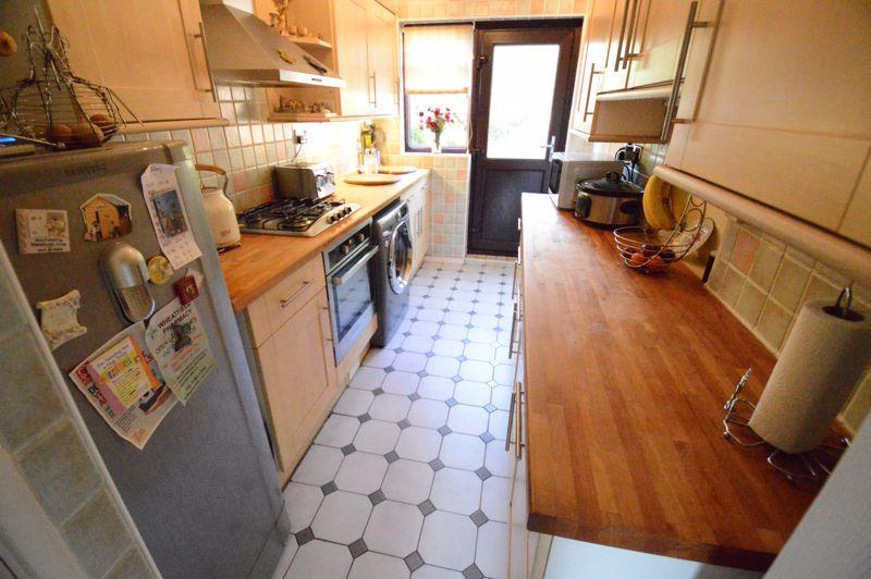 3 bedroom Mid Terrace to buy in Beadlow Road, Luton - Photo 4