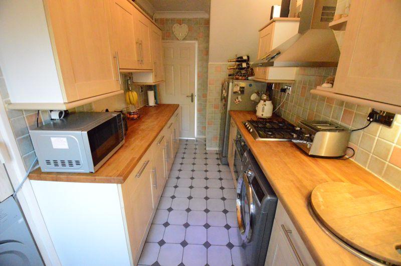 3 bedroom Mid Terrace to buy in Beadlow Road, Luton - Photo 5