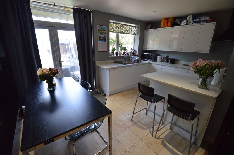 3 bedroom Semi-Detached  to buy in Colin Road, Luton - Photo 6