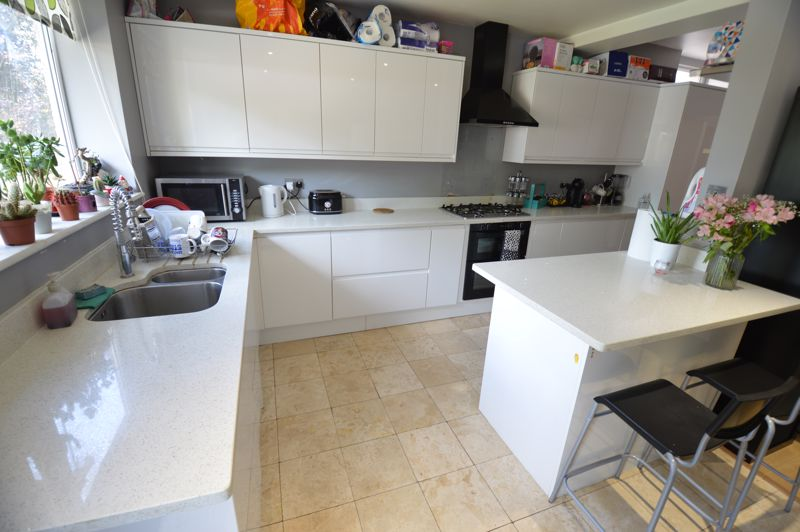 3 bedroom Semi-Detached  to buy in Colin Road, Luton - Photo 7