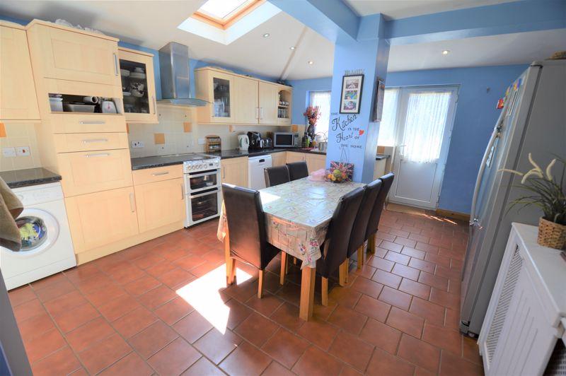 3 bedroom Semi-Detached  to buy in Elmore Road, Luton - Photo 5