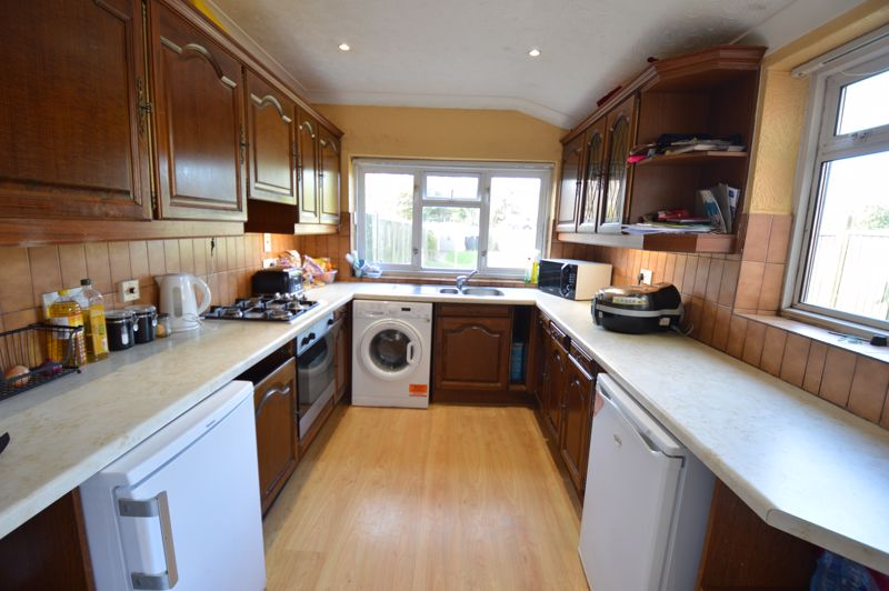 2 bedroom Mid Terrace to buy in St. Catherines Avenue, Luton - Photo 4