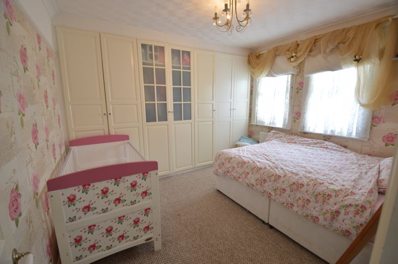 2 bedroom Mid Terrace to buy in St. Catherines Avenue, Luton - Photo 5