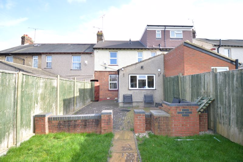 2 bedroom Mid Terrace to buy in St. Catherines Avenue, Luton - Photo 12