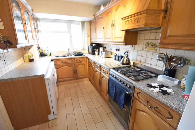 3 bedroom  to buy in Beaconsfield, Luton - Photo 4