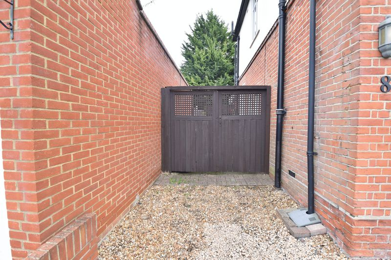 3 bedroom Semi-Detached  to buy in Wychwood Avenue, Luton - Photo 21