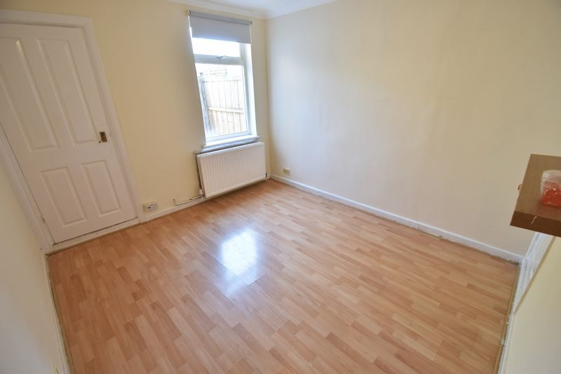 2 bedroom Mid Terrace to rent in Milton Road, Luton - Photo 3