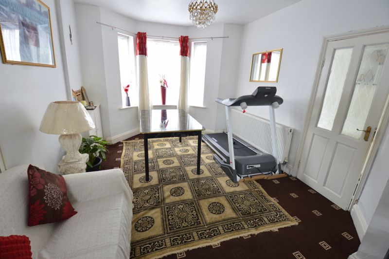 3 bedroom Mid Terrace to buy in Dale Road, Luton - Photo 3