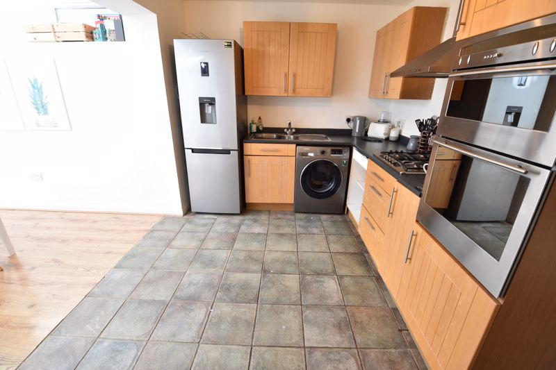 2 bedroom Mid Terrace to buy in Spayne Close, Luton - Photo 4