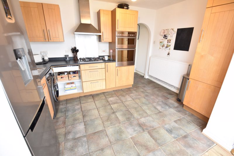 2 bedroom Mid Terrace to buy in Spayne Close, Luton - Photo 5