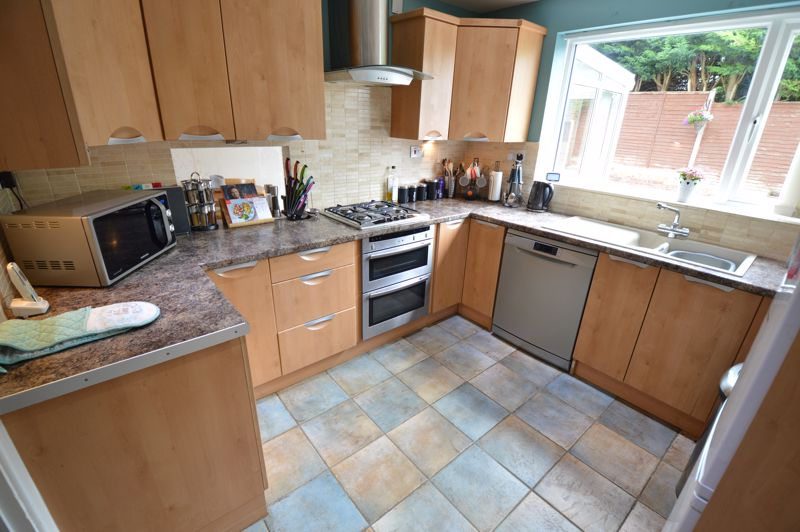 3 bedroom Semi-Detached  to buy in Handcross Road, Luton - Photo 6