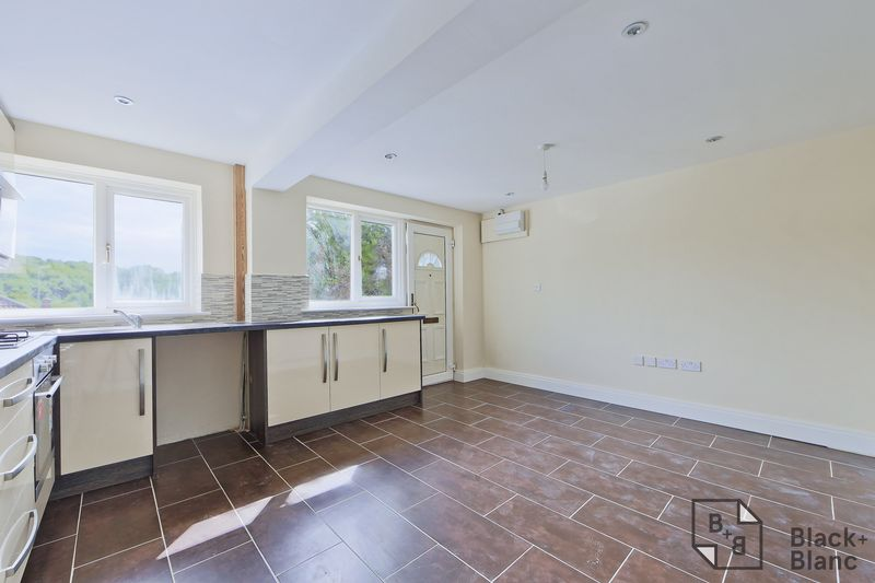 2 bedrooms Flat for sale in Sanderstead | Estate Agents in Wimbledon and Croydon.