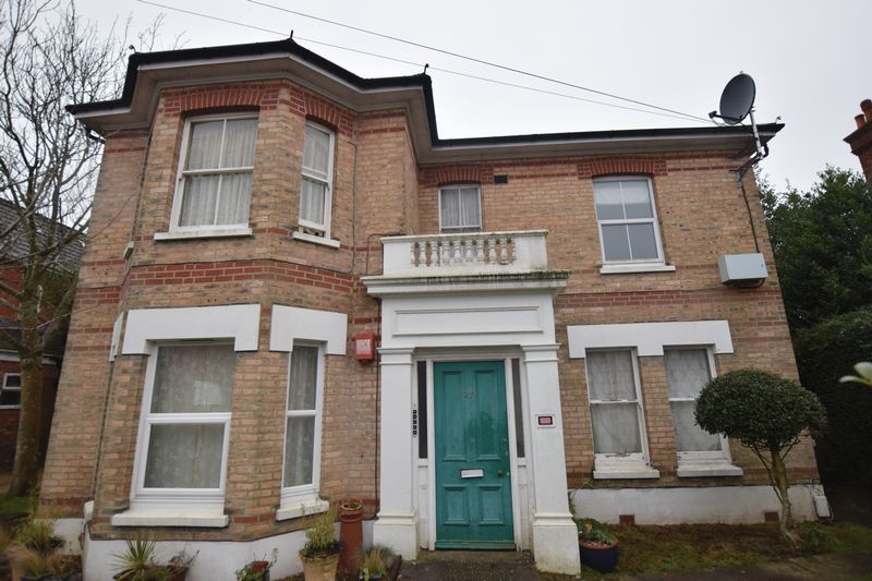 Available in Mid March is this recently refurbished ground floor flat in Boscombe. Unfurnished but with white goods