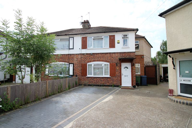 4 Bedrooms Property for sale in Mead Close, Harrow Weald