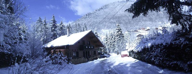 http://med05.expertagent.co.uk/in4glestates/{88642179-814c-49c4-8c19-943e0c4940c7}/{cbf2062a-cfac-4403-858e-5d387e422214}/main/w.chalet_outside_snow_left_driveway_panorama.jpg