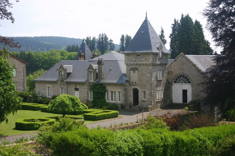 An exquisite 6 bedroom chateau, with pool, formal gardens and 2 hectares of parkland