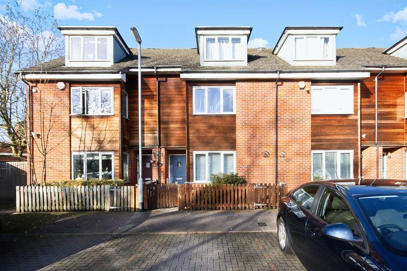 3 Bedrooms Property for sale in Owen Close, Northolt
