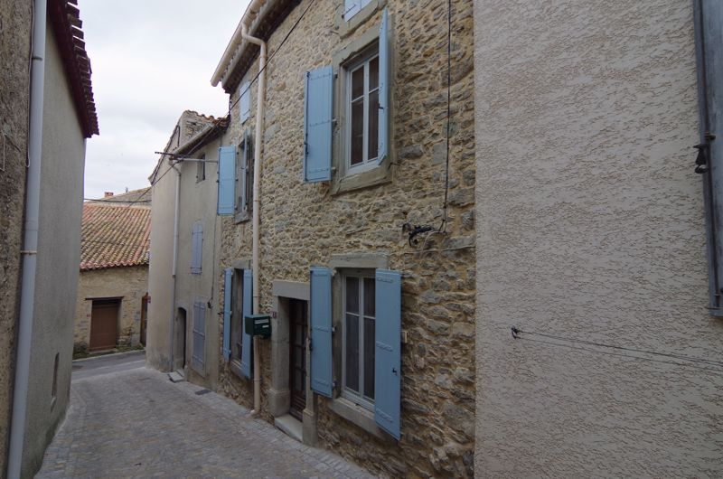Exposed stone house for sale in Hérault, with courtyard.