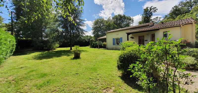 Immaculate bungalow with pool in walking distance to a lovely market town!