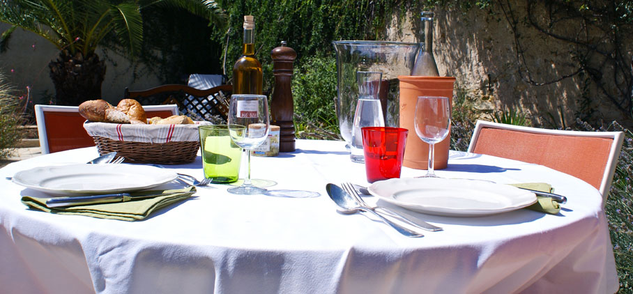 Dinning in the garden, Mas for sale Languedoc