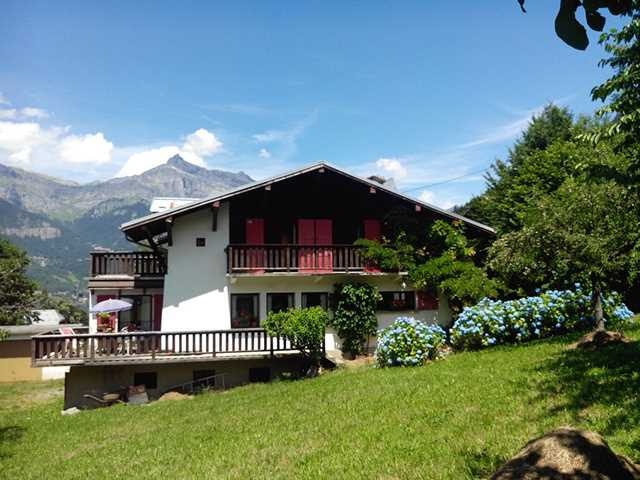 5 bed chalet, close to village centre'